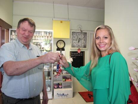Toimetus asub uuel aadressil Pärna 1. Vallavanem Andres Vään ulatab võtmed projektijuht Kristi Seprile. Foto Raimo Metsamärt.