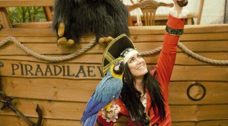 Etenduses saab näha nii piraadilaeva, aardekirstu kui piraate.
