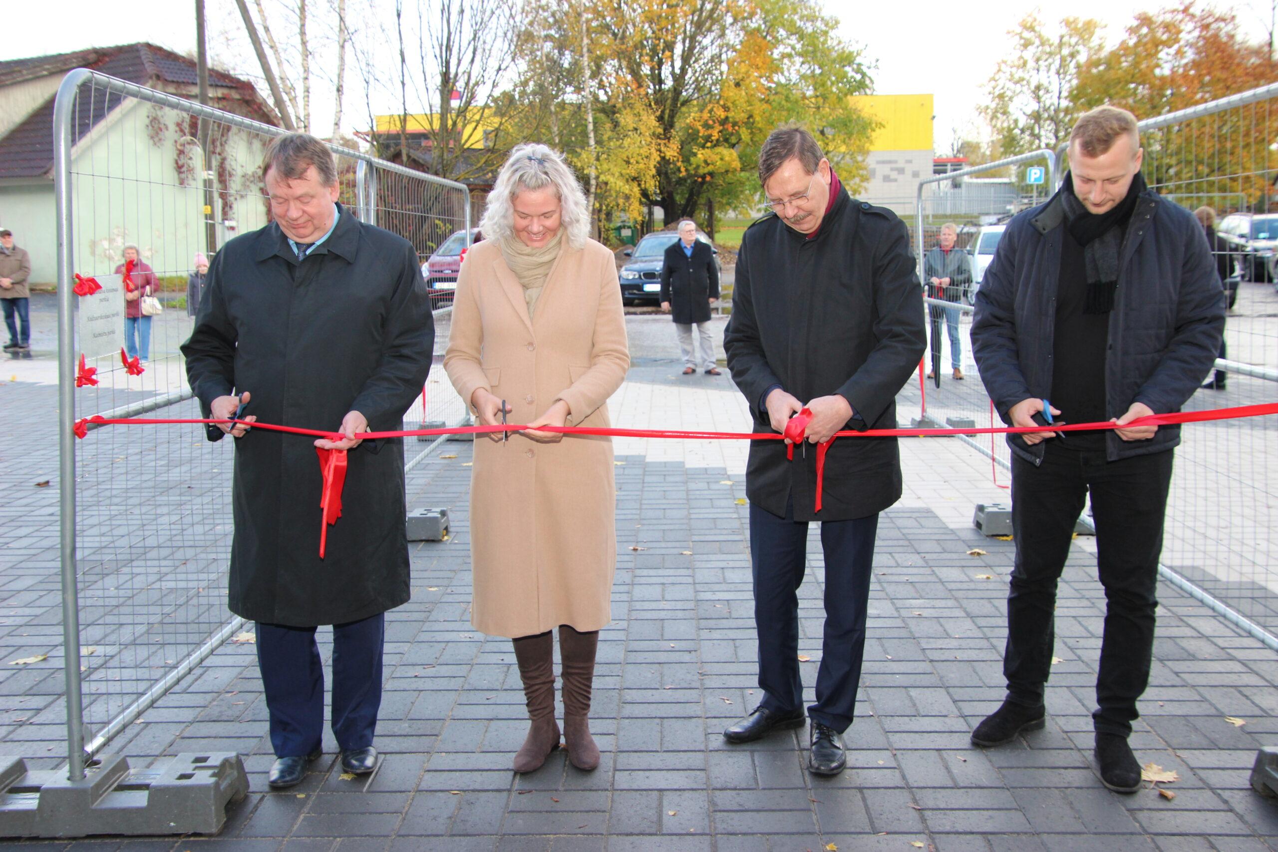 Lindi lõikavad läbi Andres Vään, Janne Karu, Taavi Aas ja Kivipartner OÜ esindaja Ranno Kaju. Foto Raimo Metsamärt.