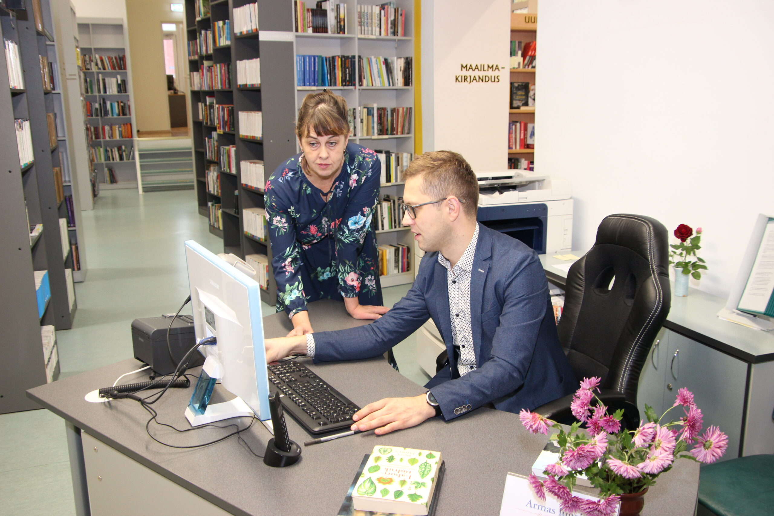 Abivallavanem Karro Külanurm sai tööga kenasti hakkama, juhendaja rollis Aive Nurmekivi. Foto Raimo Metsamärt.