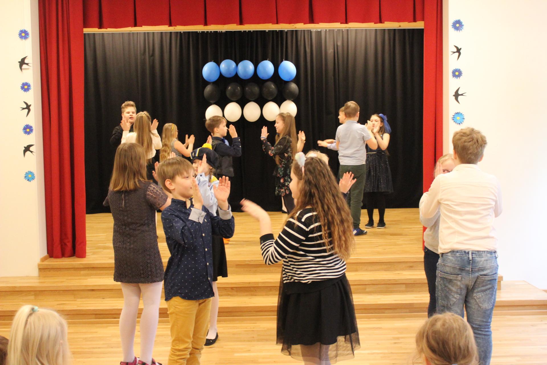 Lapsed tantsutunnis.