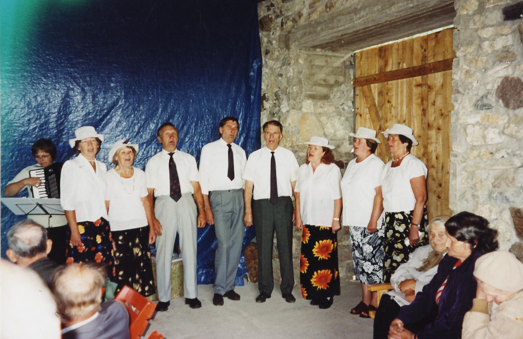 Segaansambel Kõpu küla päevadel 2004.aastal. Foto erakogu.