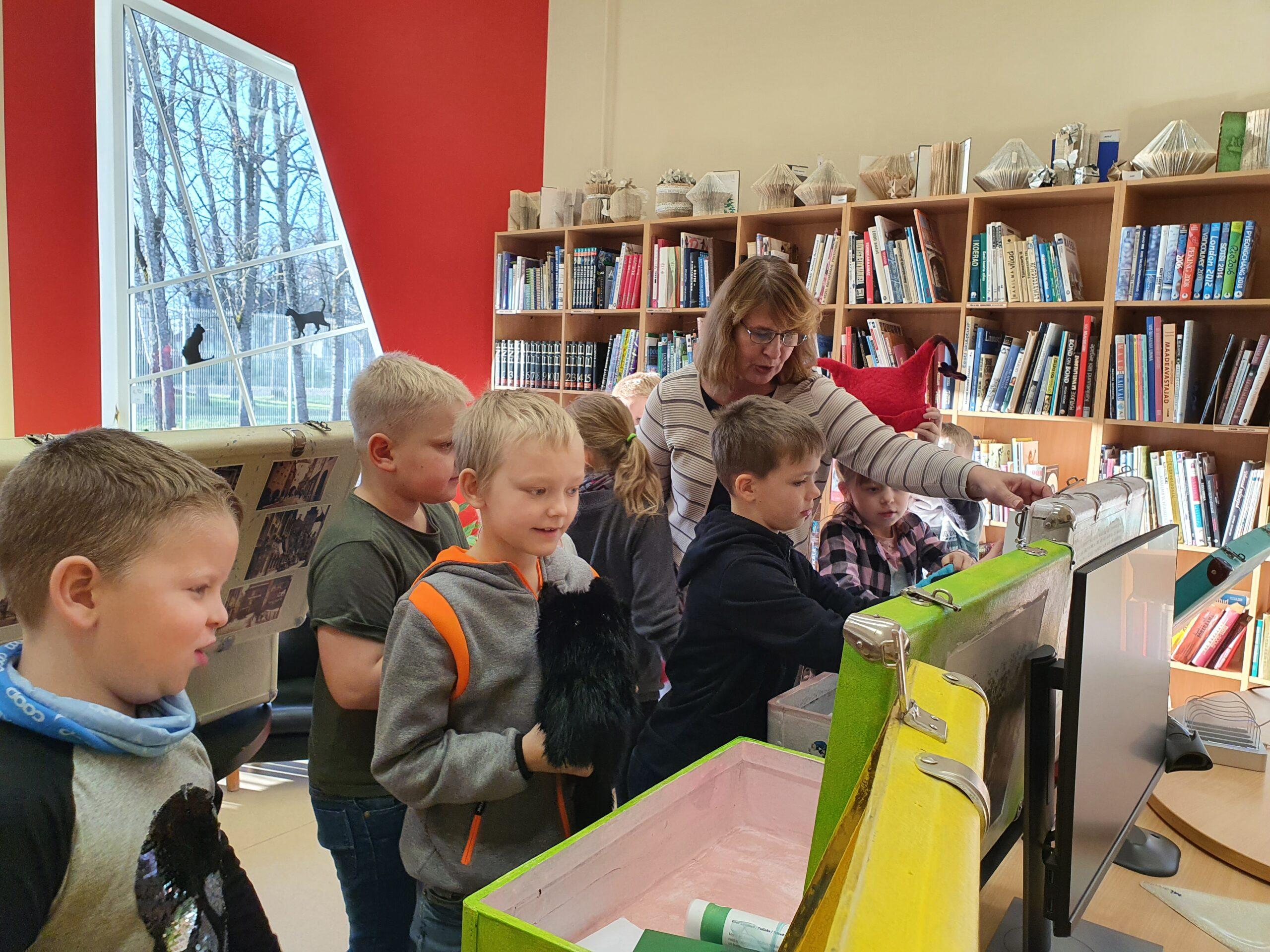 Kohvritest väljavõetud esemed ja raamatud pakkusid lastele suurt huvi. Foto Riina Holtsmeier.