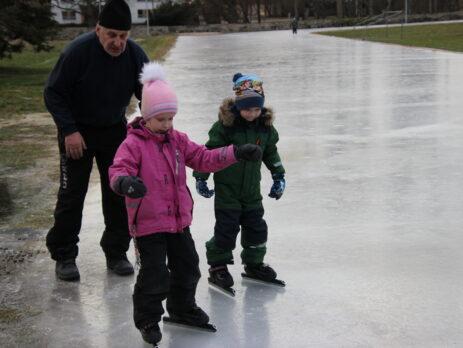 Esimesed sammud jääl on alguses rasked. Õnneks on vajadusel Väino head nõuanded kohe käepärast.