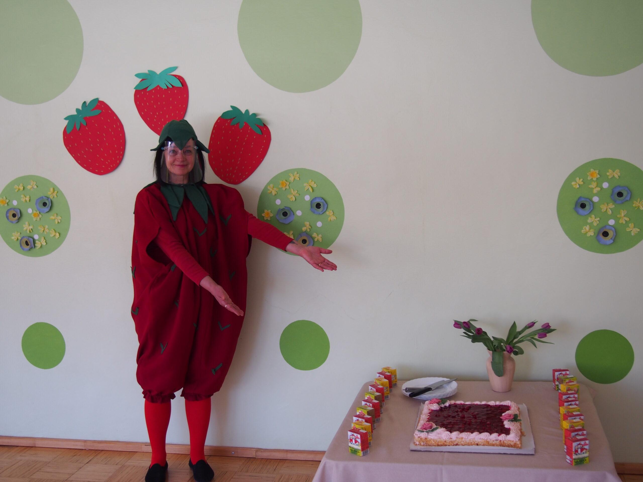 Lasteaia maskott Maasikas (kostüümi sisse oli seekord pugenud õpetaja abi Valentina). Foto Annika Kreitsman.