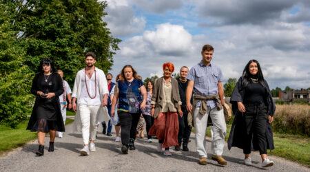 Osalejad suunduvad võttepaika. Paremalt neljas Helve Tamm. Foto erakogu.