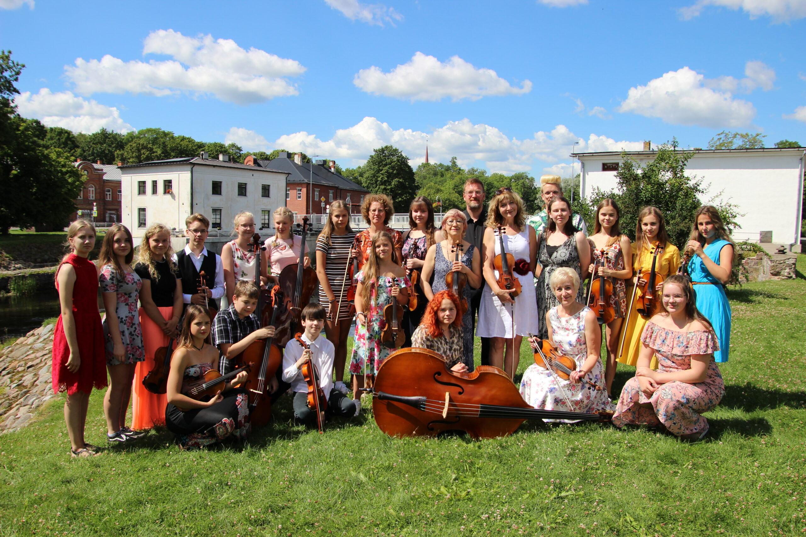 Põltsamaa muusikakooli kammerorkester Roosisaarel esinemas. Foto Raimo Metsamärt.
