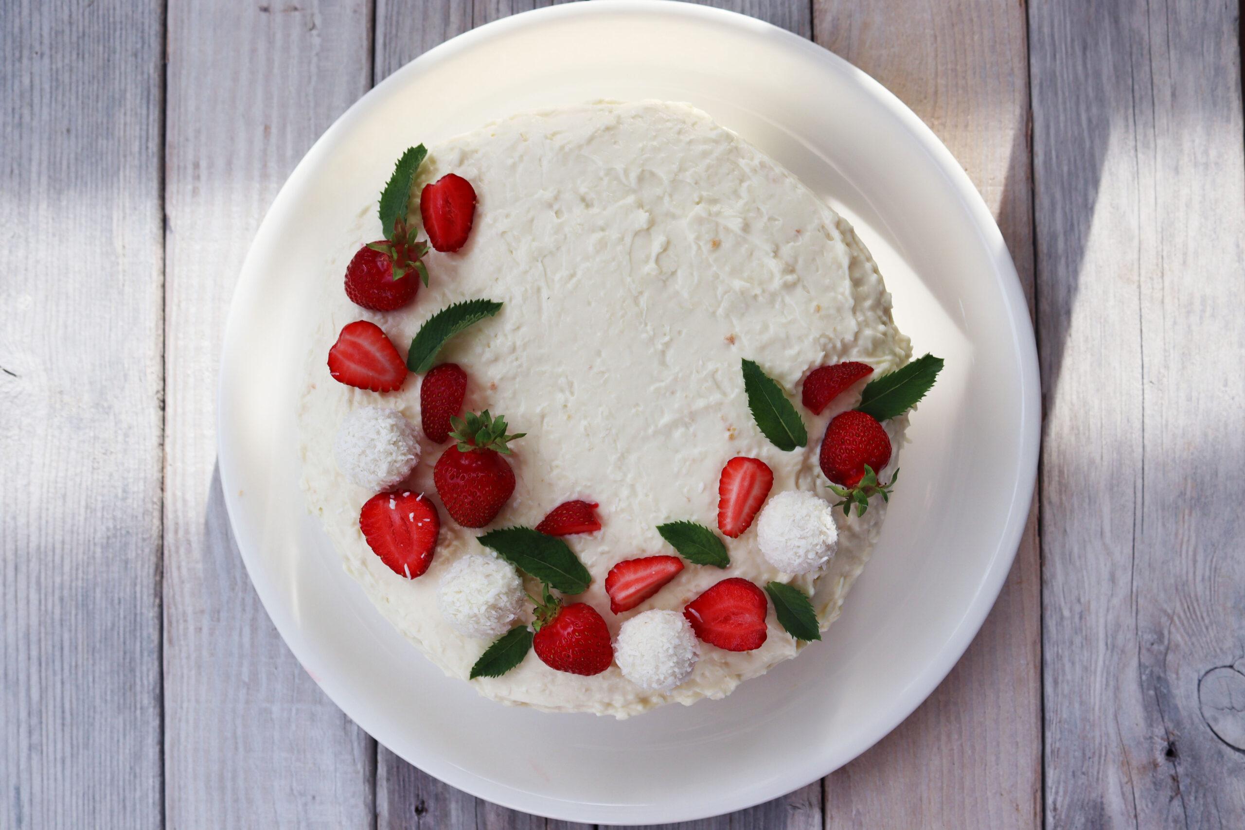 Kookose tort maasikatega. Foto Grete Tõnne.