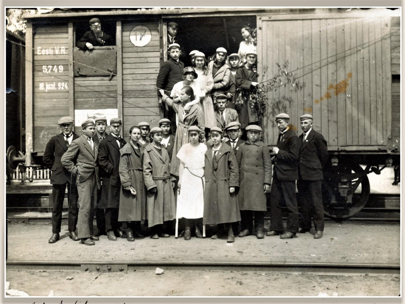 Põltsamaa vanadel fotodel: Põltsamaa ühisgümnaasiumi segakoor 2. juulil 1923. aastal. Foto Kalev Kiviste erakogu, fotograaf teadmata.