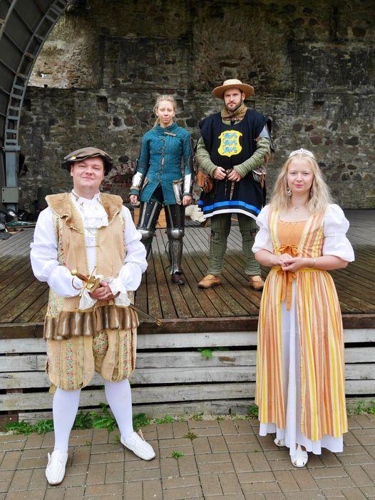 Esiplaanil kuningas Magnus (Samuel Axel Maikalu) ja preili Marie (Kaisa Liiver). Foto Põltsamaa loss.