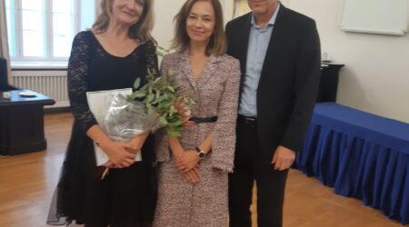 Muusikakooli õpetaja Hiie Taks, haridus- ja teadusminister Liina Kersna ja muusikakooli direktor Hannes Männik. Foto erakogu.