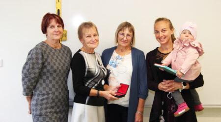 (Vasakult) Edda Kiis, Ene Kase, Heli Aiaots, Sandra Alusalu ja pisike Sanna. Foto Raimo Metsamärt.