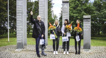 Treener Kaido Kaabermaa ja võidukas naiskond Sõpruse pargis. Foto Raimo Metsamärt.