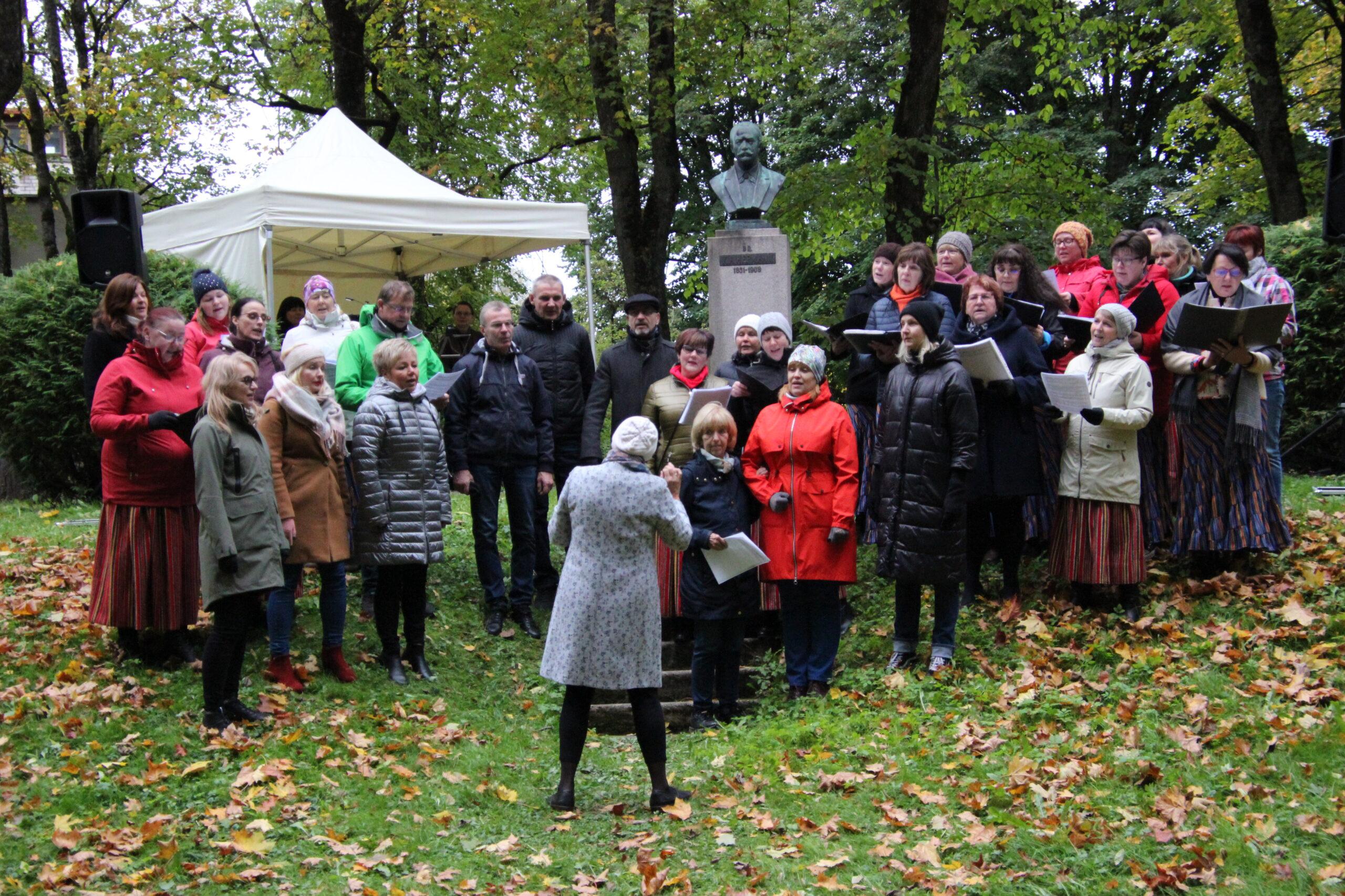 Reet Sesteri juhatusel kõlasid lauluisa auks koorilaulud. Foto Raimo Metsamärt.