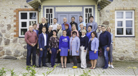 Koos suudame rohkem! Valimisliit Ühine Põltsamaa osaleb valimistel piirkonna kõigi aegade pikima nimekirjaga – kodukoha arendusse soovib panustada 42 aktiivset kogukonna liiget (pildil vaid osaline koosseis ja toetajad). Foto Kristi Sepri.