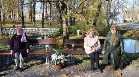 Mälestuspinkide avamisel osalesid ka Voldemar Lemmiku tütar Mai (vasakul) ja Lembit Vingi abikaasa Valve koos kasutütrega. Foto Raimo Metsamärt.