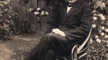 Reinhold Kamsen (24.10.1871–16.05.1952) oma Põltsamaa kodu aias 1931. aastal. Foto erakogu.